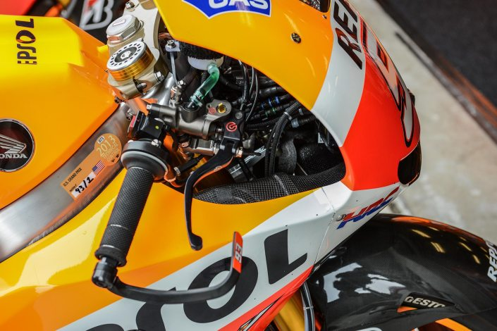 Stiker Technical Inspection di motornya Marquez